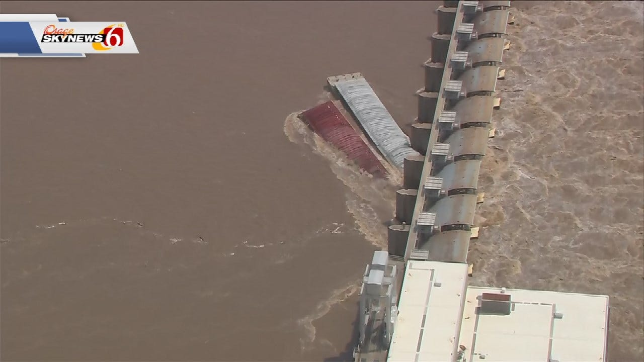 Engineers Attempting To Recover Barges That Crashed In Webbers Falls Dam