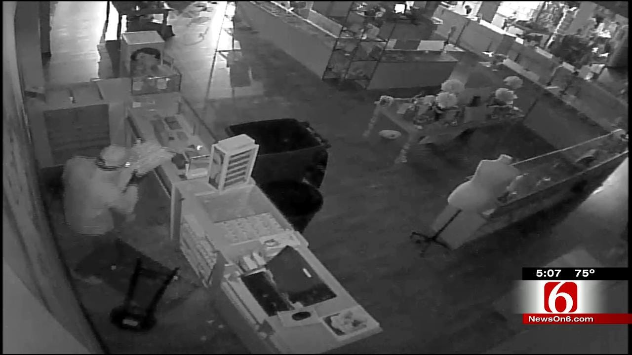 Video Shows Man Stealing Jewelry From Tulsa J. Spencer Jewelry