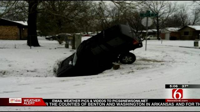 Drivers Struggle On Tulsa Hills During Snow Storm