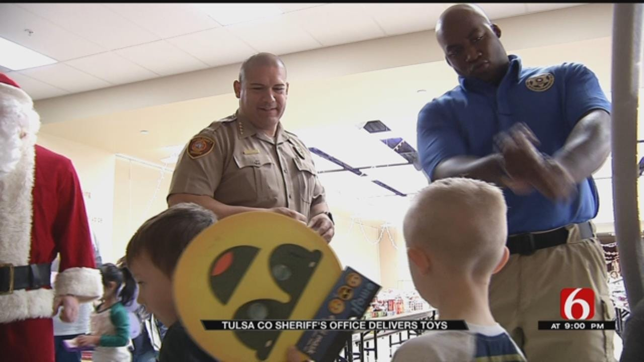 Tulsa County Deputies Deliver Toys To Elementary Students In Sand Springs