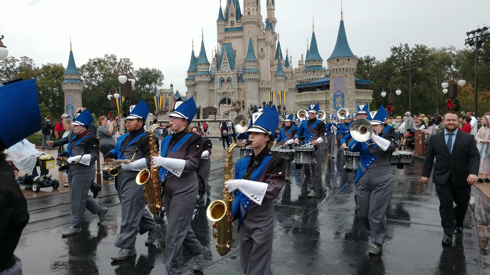 Sapulpa High School Band Marches In Disney World Parade