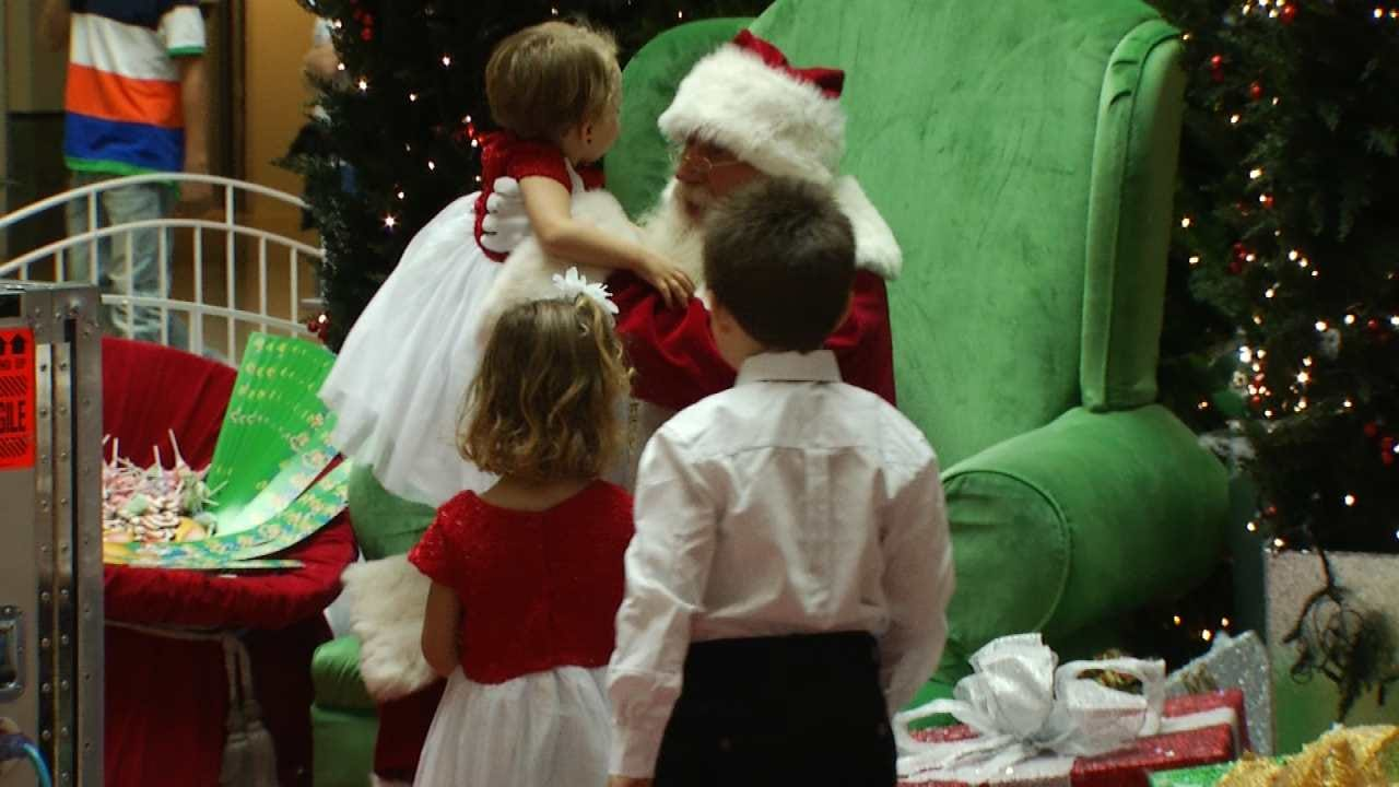 Santa Returns To Woodland Hills Mall