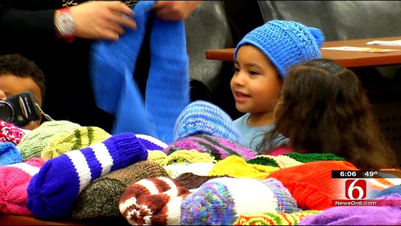 Tulsa's Knittin' Kittens Give Gifts To School Children