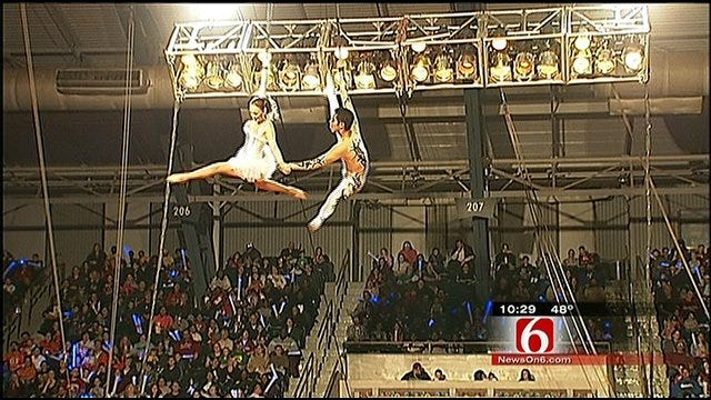 American Airlines Employees Attend Free Circus Event In Tulsa