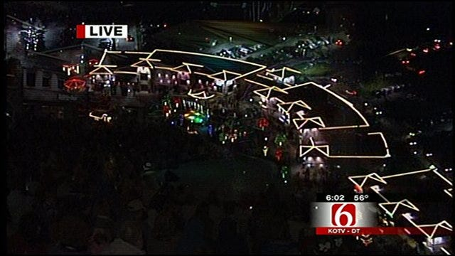 News On 6 Chief Meteorologist Travis Meyer Helps Turn On The Christmas Lights On At Riverwalk Crossing