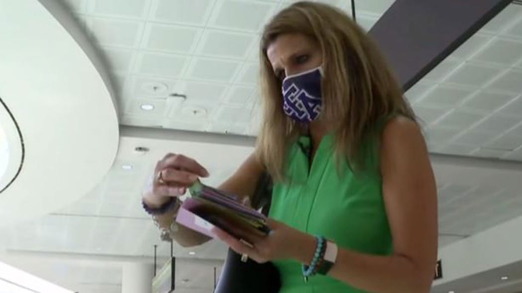 Woman Shares Cards Of Kindness With Travelers At Houston Airport During Pandemic
