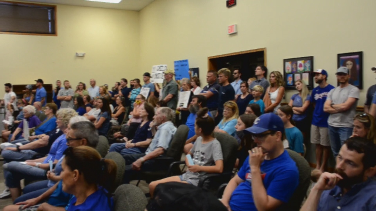 Image for Parents against masking policy pack meeting, fail to sway school board