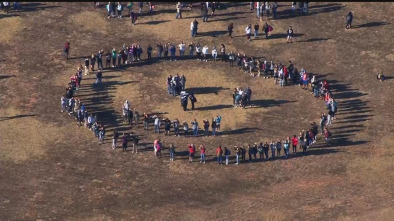 WEB EXTRA: Southmoore HS Students' 'Smiling Face' For Bob Mills SkyNews 9