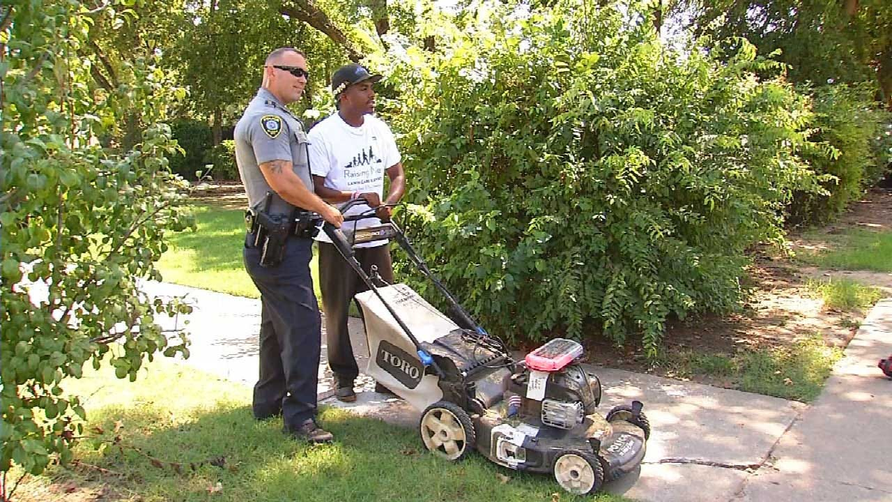 Man On Mission To Mow Lawns In All 50 States Makes Stop In OKC, Officer Joins Cause