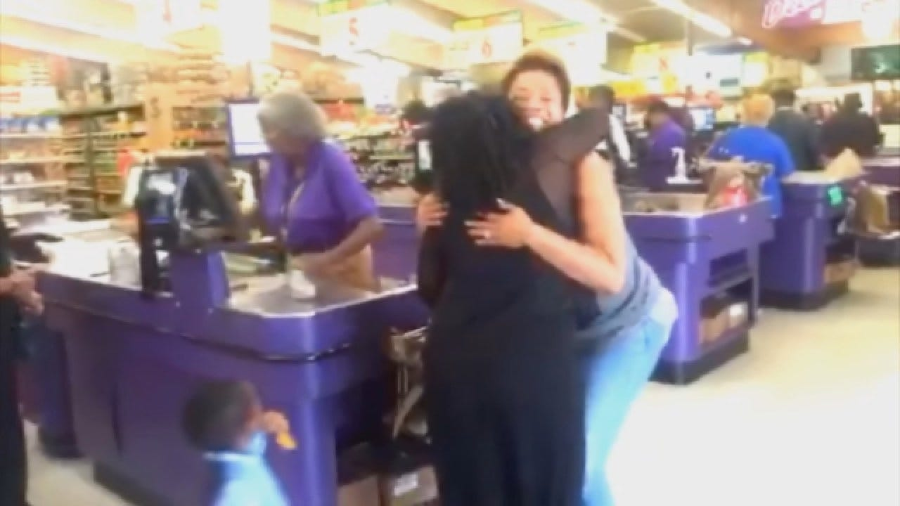 Red Dirt Diaries: Duo Spreads Love Paying For Groceries