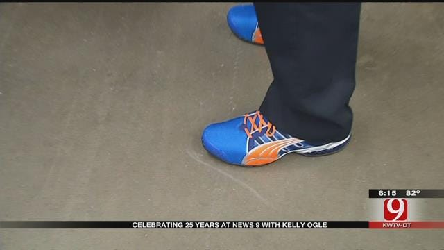 Kelly Gives Shoes To OKC Police Officers