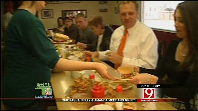 Kelly, Amanda Meet Chickasha Viewers At J&W Café