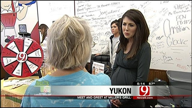 Kelly, Amanda Meet Local Fans At Yukon's Miller Grill