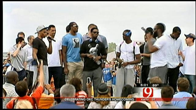 Thunder Players Greet Fans At OKC Airport