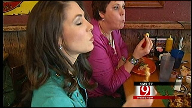 Amanda Tries Eskimo Joe's Cheese Fries