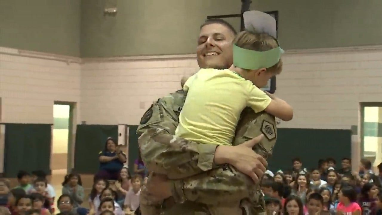 Arizona Soldier Surprises His Kindergarten Son At His School