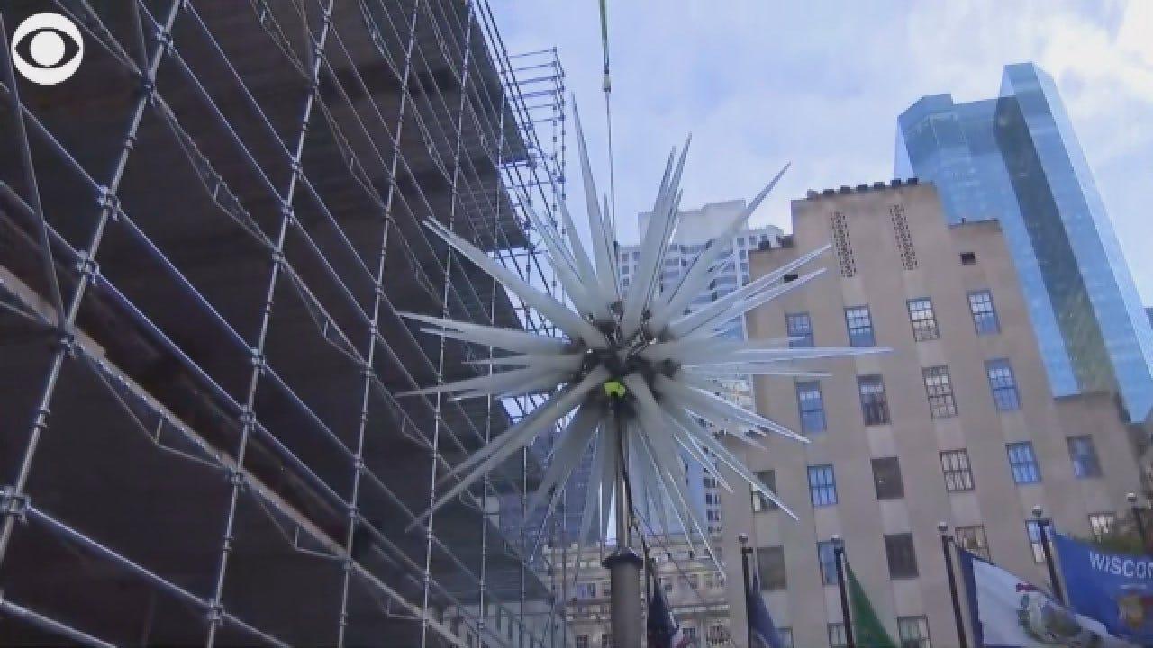 Crews Lift 900-Pound Star To Top Of Rockefeller Center Christmas Tree