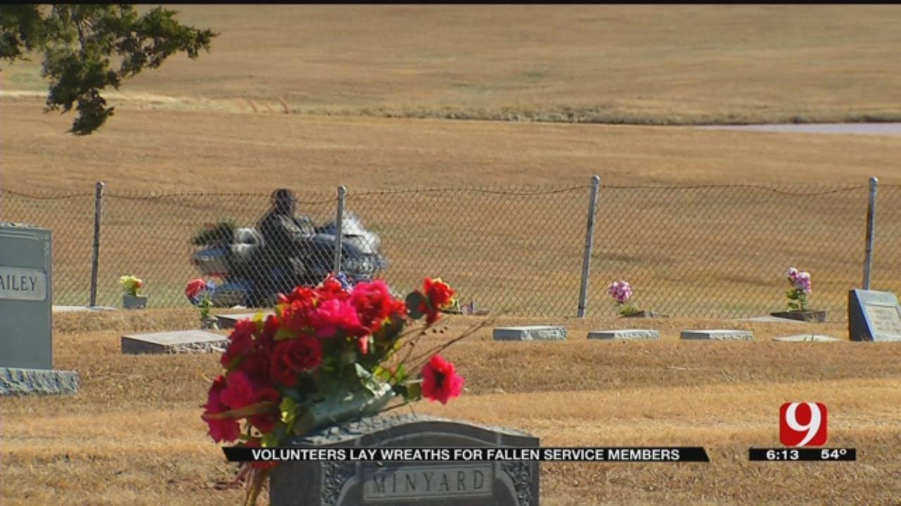Volunteers Share Holiday Spirit With Fallen Veterans Through Wreaths