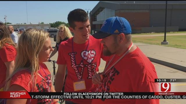 Mustang Teen's Selfless Act Helps Man With Special Needs