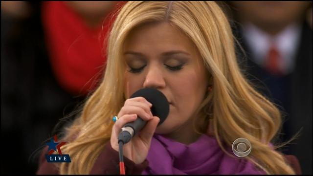 Kelly Clarkson Sings 'My Country, Tis Of Thee'