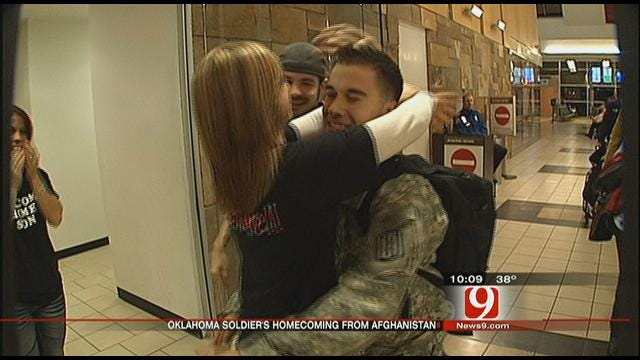 Homecoming Soldier Gets First Kiss From Online Girlfriend