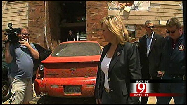 Gov. Fallin Tours Tornado Damage