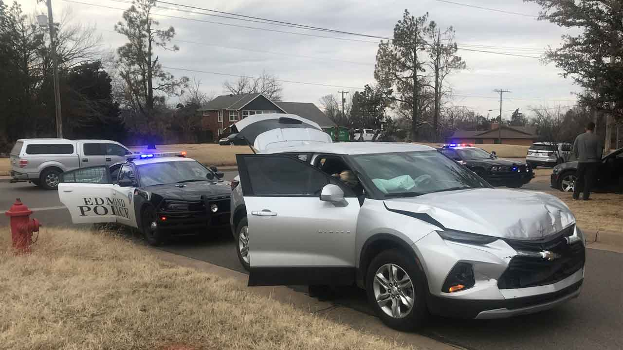 Police Search For 2nd Suspect After Pursuit, Crash In Edmond Neighborhood